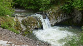 Буйните води на водопада.