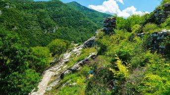 Античният римски път и красивата планина.