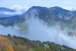 Планината покрита с мъгла.