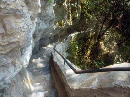 Извито стълбище покрай скалата.